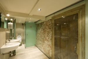 Oude elementen zijn in het zicht gelaten, maar een teveel aan transparantie was in de toiletgroep ongewenst