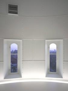 Openingen in de stalen reservoirwanden corresponderen met de ramen in de bakstenen schil
