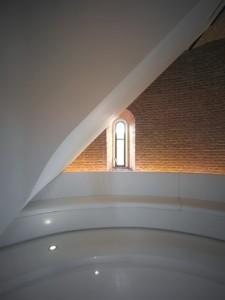Meditatieve ruimte met trappenhuis en banken rondom
