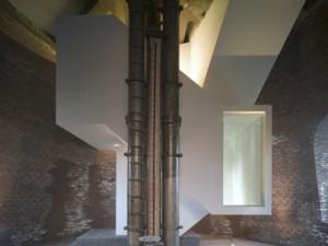 Scherpe contrasten direct na de entree van de toren. Het sculpturale trappenhuis fungeert als een soort labyrint door de toren
