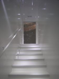 De toren beklimmen is bijna een meditatieve oefening. Een glazen 'oog' biedt zicht op de ronde bakstenen wanden