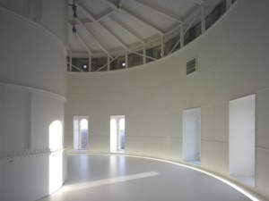 De nog niet ingerichte bovenste etage, die rust op een nieuwe vloer die in het waterreservoir is gemaakt. De koof rondom zorgt voor indirecte verlichting