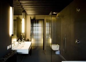 Badkamer met doorzicht naar gang