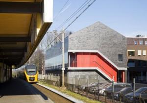 De achterkant van het stationsgebouw grenst letterlijk aan de spoorlijn