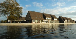 De rieten daken refereren naar oude Drentse boerenschuren