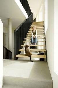 De trap klimt langs de gevel omhoog en passeert halverwege een groot venster