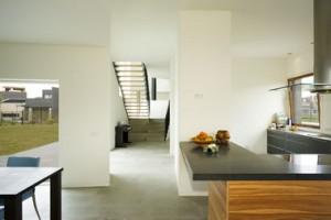 Vele doorkijkjes geven de woning een ongewone ruimtelijkheid