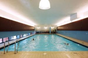 Het zwembad bovenin het gebouw