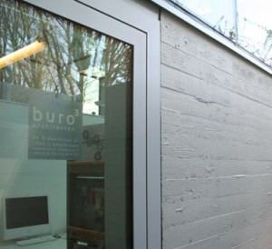 De ingang van de studio vormt een vlak met de betonnen wand