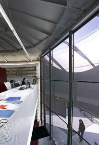 De glazen entreepui biedt zicht op de binnenzijde van de gashouderwand