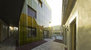 Nieuwe binnenplaats op eerste verdieping, met reflecterende glazen gevel