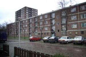 In de oude situatie vormde de portiekflat een barrière tussen wijk en park