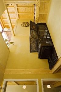 Centrale hal met hoge vide en kast uit Egypte