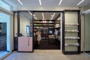 De ontvangstbalie met museumwinkel. Ontwerp Opera