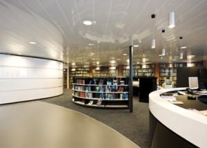 Interieur bibliotheek met verlaagd plafond