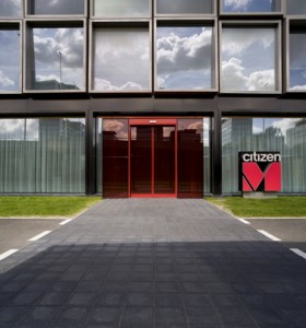 De rode glazen ingang