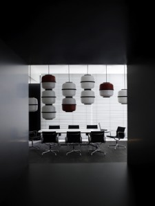 Werkkamer op de begane grond ingericht met meubilair van Vitra