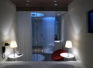 Het badkamerdeel gezien vanaf het bed
