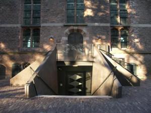 Dubbele entree naar bel-etage en souterrain