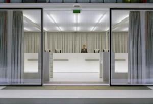 Alle techniek van de enorme schuifdeuren is in de vloer of de deuren zelf verwerkt
