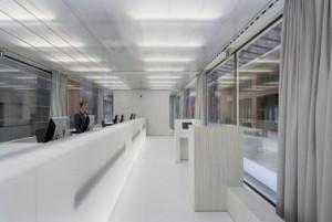 Een translucente polyester balie vormt het hoofdonderdeel van het interieur