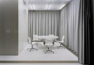 Het informatiecentrum is opgevat als een transparant meubel