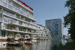 Waterkant appartementengebouw