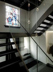 Entreepartij met vestibule en nieuw trappenhuis met licht van boven door dakkapellen aan de voorzijde