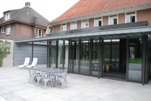 Drie dubbele schuifdeuren maken het omliggende terras goed bereikbaar