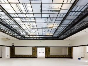 Bovenzaal met gerestaureerd glas-in-loodplafond