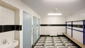 In de sanitaire ruimtes refereren tegelplinten en -vloeren aan vloerenmozaïeken en plinten in het oorspronkelijke gebouw