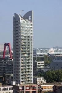 Een ranke toren met een bijzondere bekroning