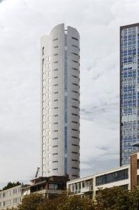 Twee liften en het trappenhuis zijn in de afgeronde achtergevel geconcentreerd