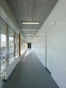 In de witte wandafwerking in de gangen zijn sporticonen uitgespaard