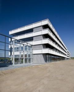 Glazen wand als geluidsscherm tussen twee gebouwen