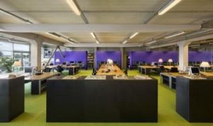 De grote werkvloer met geclusterde bureaus