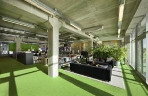 Lounge met links daarvan achtereenvolgens de bibliotheek, de dtp-afdeling en het secretariaat in de middenzone