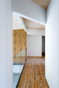 De gangruimte op de verdieping staat in open verbinding met de woonkamer