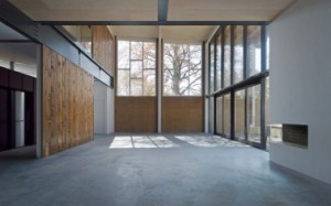 Woonruimte met links de stalen balk onder het voormalige balkon en rechts de nieuwe glazen pui