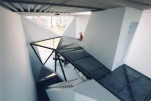 Doorzicht vanaf de derde verdieping naar de voorgevel