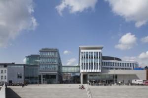 Doorzicht vanaf het nieuwe Maasplein richting Markt. Links het blok van Albert met entree stadskantoor, rechts het blok van Coenen, met terras op de verdieping.