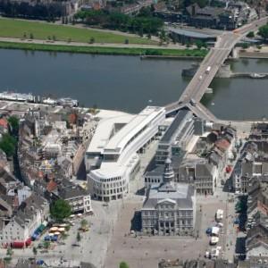 Luchtfoto met op voorgrond de markt, waarop de nieuwe raadzaal uitkijkt