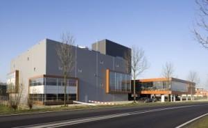 Het sportcentrum bestaat uit drie geschakelde volumes, in het hoge volume bevindt zich de entree en klimhal
