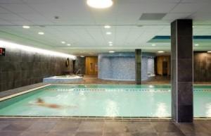 Zwembad met doorzicht naar sauna's