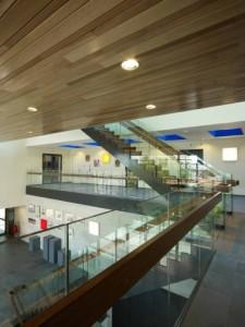 De centrale hal met vide tot aan het dak en veel glas is licht en ruim
