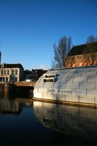Het drijvende architectuurcentrum oogt geheimzinnig