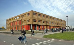 De buitengevel met kleurige plint en houten, plastische verdiepingen