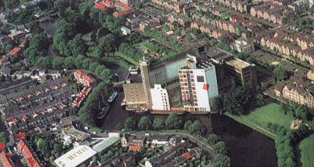 De fabriekscomplex in Leiden vanuit de lucht