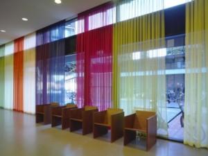 Het kleurschema van de luiken keert terug in het interieur