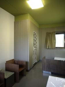 Tweepersoonsslaapkamer, op de deur een print van Afrikaanse textielkunst
